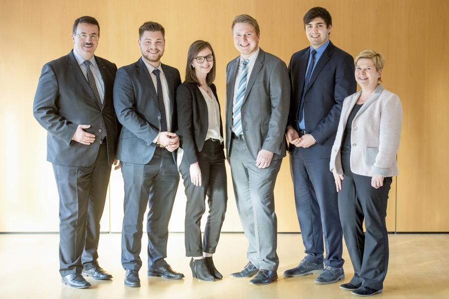 Vier erfolgreiche Absolventen Volksbank Odenwald ehrt Mitarbeiter, die sich fortgebildet haben